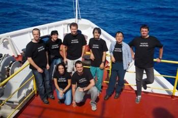 박 연구원(뒷줄 오른쪽에서 두번째)은 젊은 과학자들을 독려하며 치큐호의 승선과학자로 활발한 연구를 진행했다. - 지질자원연구원 제공